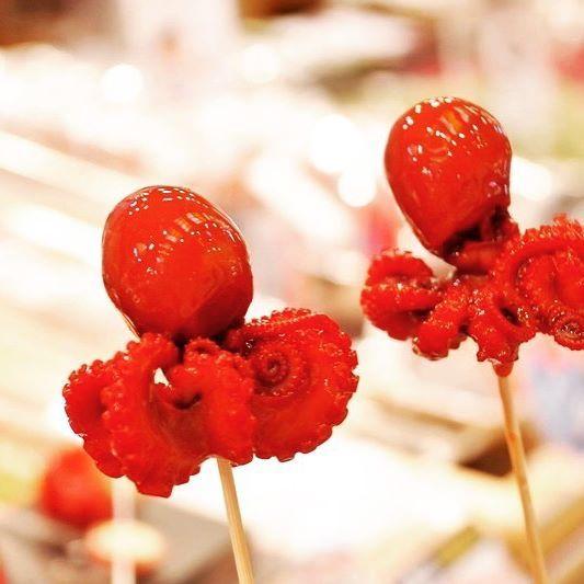 nyalan_jalan \明日は #タコの日 / こんばんは。編集部のSです(・ω・) 足が8本でお馴染みのタコさん🐙見て楽しんだり食べて楽しんだり、楽しみ方はいろいろですが夏といえばお祭り屋台の #酢だこ もフォトジェニックo(*´▽`*)o明日はタコを食べよう〜!#明日は何の日シリーズ #じゃらん #にゃらん #jalan #trip #travellers  2017/08/07 21:59:28