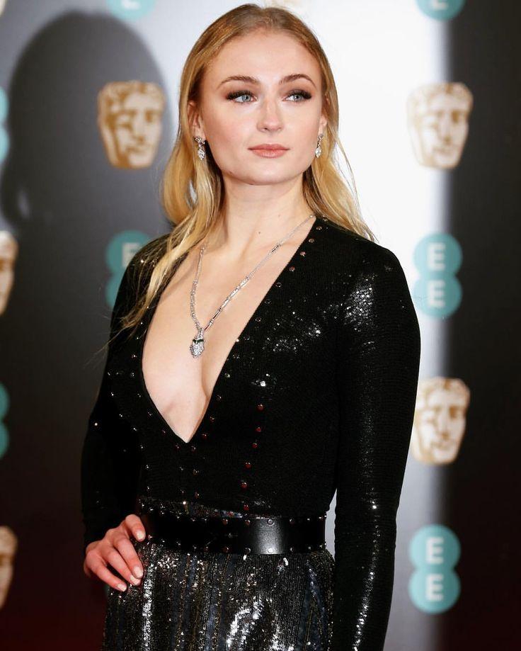 "700 Me gusta, 3 comentarios - Sophie Turner (@sophieturnerlove) en Instagram: ""Sophie attends the 70th EE British Academy Film Awards (BAFTA) at Royal Albert Hall on February 12…"""