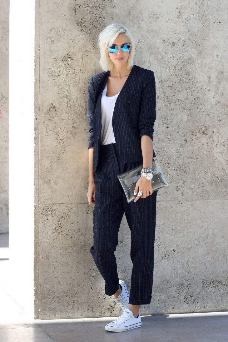 I just love this outfit, a suit with a plain white T-shirt, the see trough clutch an white Converse sneakers.