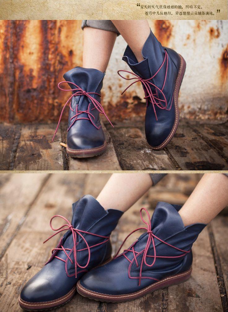 Обувь : Темно-синие ботинки-чукка ни низкой подошве с яркой шнуровкой вокруг ноги
