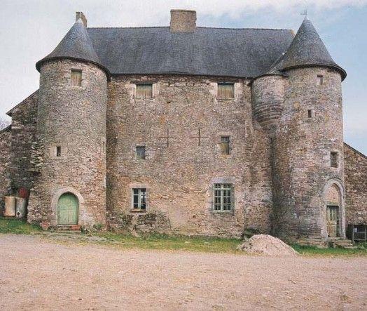 Manoir Sainte-Suzanne de Bodel, Caro  Dès le XIIIe siècle, on mentionne un château, situé en ce même endroit. Avant 1427, Jean Mauléon, trésorier du duc Jean V, le vend à Jean Houx, témoin du traité de Guérande.