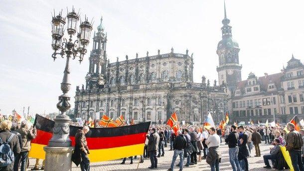 Pegida-Anhänger demonstrieren auf dem Theaterplatz in Dresden  faz: http://www.faz.net/aktuell/politik/inland/weniger-teilnehmer-kommen-zum-2-pegida-jahrestag-14484171.html