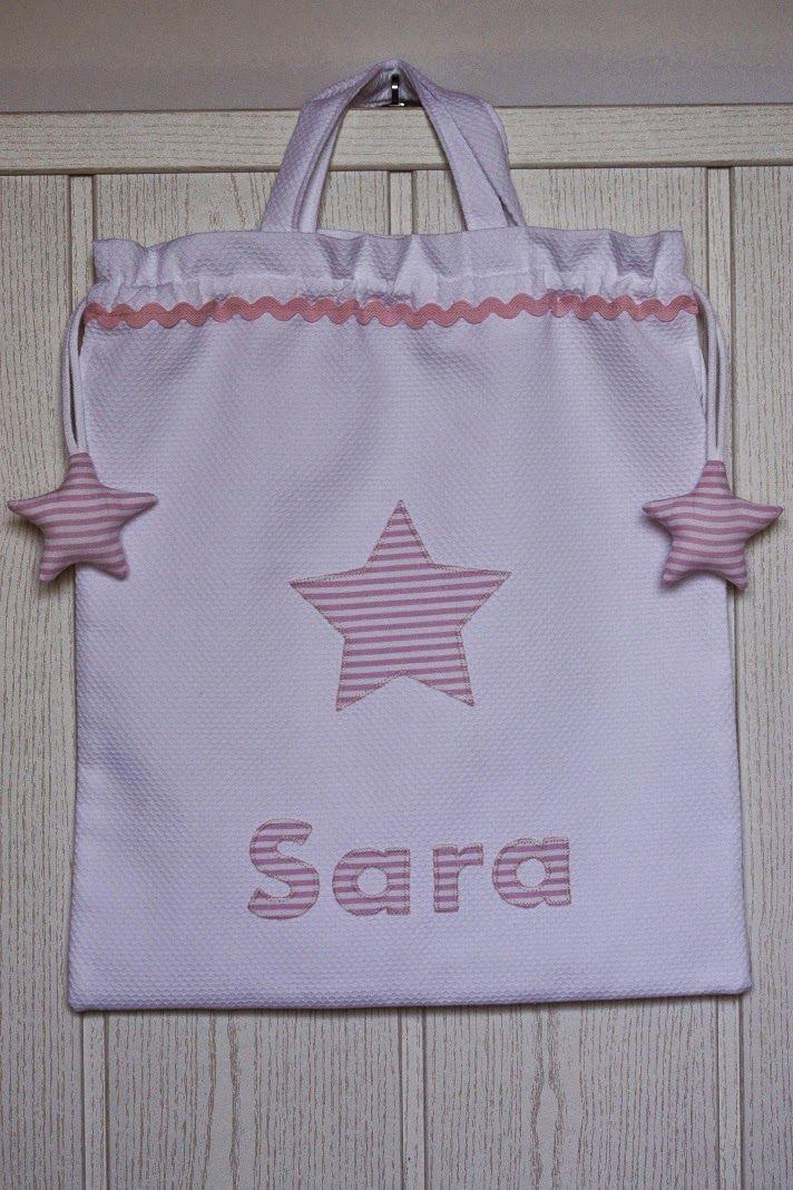 Bolsa de piqué blanco. La estrella  y el nombre en rayitas rosas.