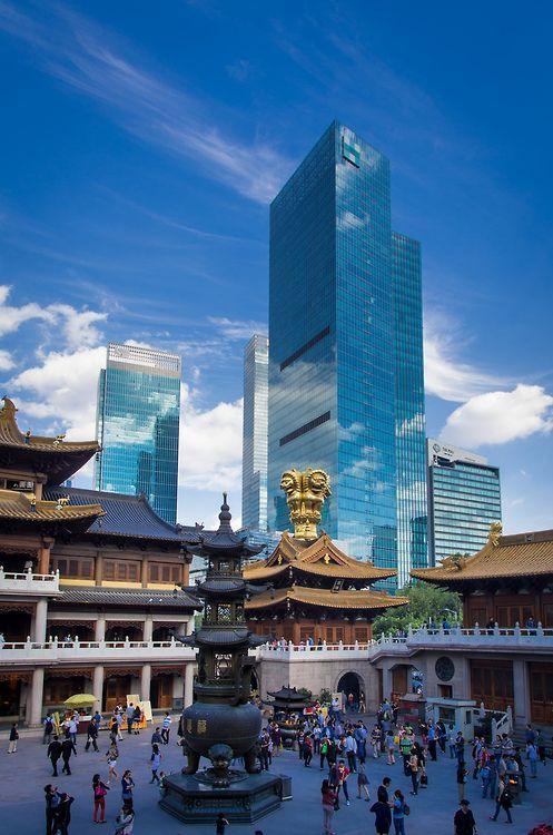 Jing An Tempel an der West Nanjing Road mit zahlreichen Wolkenkratzer im Hintergrund.