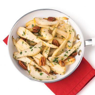 La chair fruitée au goût de noisette du panais se marie à merveille à la saveur des poires et des pacanes.