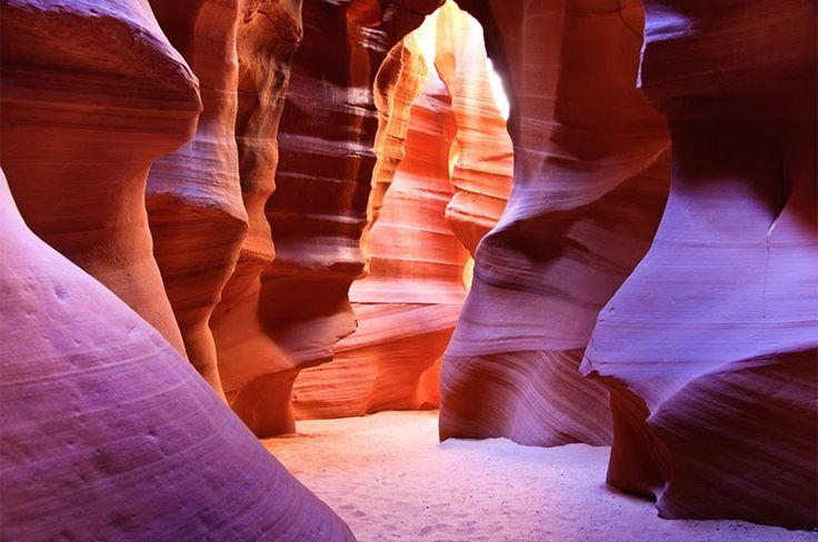 """Antilop Kanyonu, Arizona, Amerika: ABD'nin güneybatısındaki en çok ziyaret edilen kanyondur. Antilop Kanyonu (Antelope Canyon), erozyon sonucu oluşmuş olup Arizona'da bulunmaktadır. """"Çatlak"""" ve """"Spiral"""" isimli iki bölümden oluşan kanyon Page'in yakınlarındaki Navajo toprakları üzerinde yer almaktadır. Antilop Kanyonu'nun Navajo dilindeki adı """"Tse' bighanilini""""dir ve """"suyun taşların arasından aktığı yer"""" anlamına gelmektedir."""