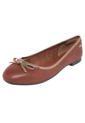 Sapatilha Dakota Laço Marrom, possui recortes na cor ouro velho, logo de metal na lateral do calcanhar, salto de 1cm, laço na parte frontal e bico redondo.