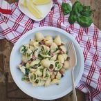 Schelpjes met spekjes doperwten en munt een simpel pasta gerecht vol met lekkers. Snel klaar en lekker fris en romig door crème fraîche en citroen. Recept op Cookingdom, via bron