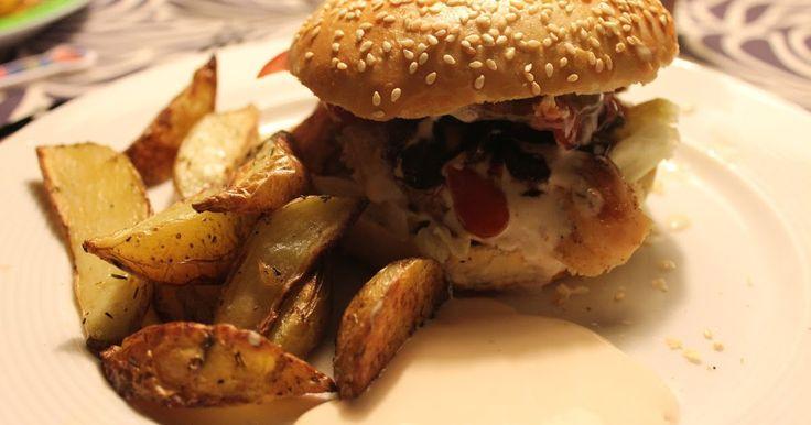 Opskriften på en rigtig hyggeaften hos os :)   4 burgerboller - opskrift  400 g. kyllingebryst  Salat (iceberg eller blandede salatblade...