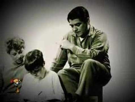 Año 1968. Instituto Di Tella. El artista plástico Oscar Bony exhibió en vivo a la familia de un obrero matricero (con su mujer y su hijo) contratado por el doble de su salario usual para que hicieran su vida cotidiana durante el horario de visita de la muestra.