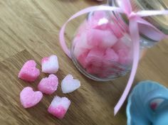 Questi cuoricini di zucchero sono adorabili, e si creano davvero in pochi minuti! Da tempo volevo provare a fare delle zollette di zucchero e S.Valentino mi è sembrata un occasione perfetta.Per preparare questi cuoricini di zucchero servono solo 3 ingredienti e probabilmente li hai già tutti in casa! Il processo è davvero semplicissimo! Vediamo come si fanno!