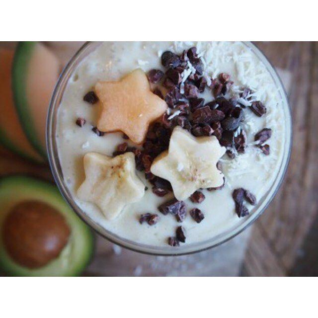 Kokos og banansmoothie som er både frisk, søt og fyldig😍 Dette er uten tvil en god favoritt hos meg😋 ---------------------------------------------------- Oppskrift: •3 dl kokosmelk •0,5 dl yohghurt naturell •1,5 dl mandelmelk •1 ss agavesirup •1ss kokosolje •saften fra 1 halv lime •1 liten bit ingefær •1 banan(gjerne fryst) 2 båter melon •1 halv avokado •litt isbiter •Topp •Blend alt sammen til en herlig Yummy smoothie. Topp med feks. Cacaonibs og oppkuttet frukt! GOD HELG💛