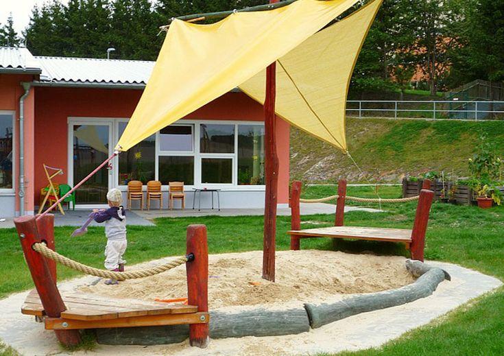 Piratenschiff: Im Sandkasten haben die Kleinen viel Platz zum Spielen. Das Sonnensegel schützt sie vor der Sonne.