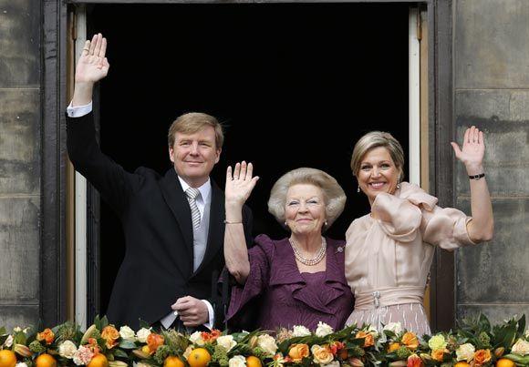 La princesa Beatriz, los Reyes de Holanda y la Princesa heredera saludan al pueblo desde el balcón - Foto 1