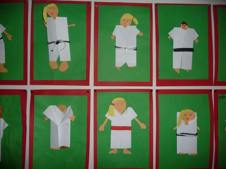 Map juf Ineke: thema sport, het judopak is gevouwen, kinderen hebben zichzelf daarna gemaakt met allerlei kleuren banden.