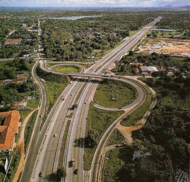 9 das estradas mais perigosas do mundo | 5. BR-116 (Brasil) | estradas mais perigosas do mundo 5 > Com um comprimento total de 4.610 km, a BR-116 é a segunda maior rodovia do Brasil, conectando Fortaleza, no Ceará, a Jaguarão, no Rio Grande do Sul, perto da fronteira com o Uruguai.