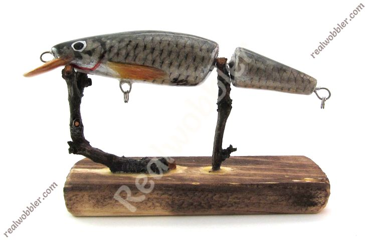 Abmessungen: 11,7 cm. Gewicht: 14 g. Fischhaut: Rotfeder; mit echten Flossen.  Schwimmend. Tauchtiefe: ca.2,5 - 3 m. Geeignet für: Wels, Rapfen, Hecht, große Döbel und viele andere Raubfische. Geeignet für die Spinn- und Schleppfischerei.