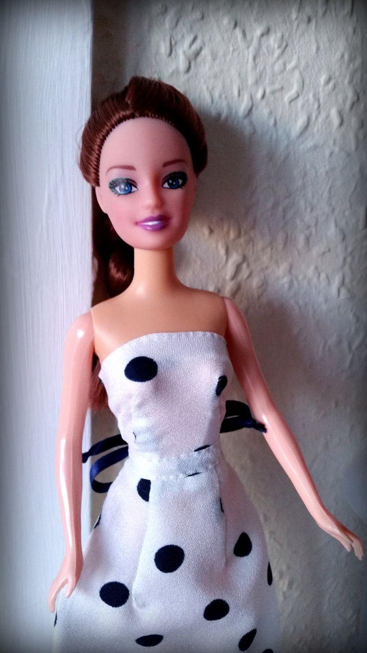 Abito per Barbie lungo estivo da cerimonia in pura seta, bianco a pois blu scuro. Fiocco di raso blu alla vita. Cucito a mano di DrittoRovescio su Etsy