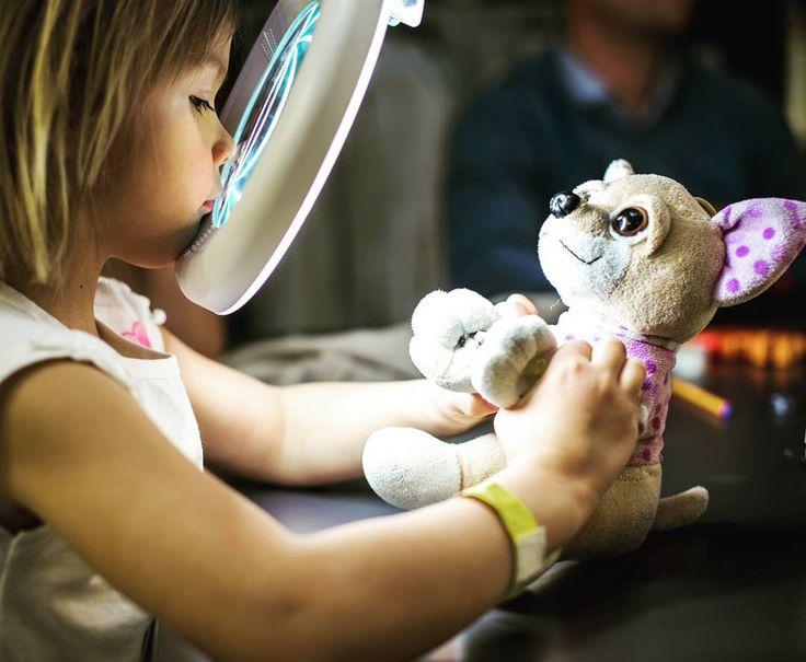 Do oczu pluszaków przyszywamy diody, a potem przykładamy do nich ręce i ... świecą - zajęcia w pracowni robotycznej / We add diodes to the eyes of teddy bears and then attach them to the hands and ... they shine - workshop in the robotics lab