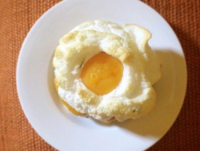 La ricetta dell'uovo nuvola, noto anche grazie alle trasmissioni Top Chef e Molto Bene, da realizzare in casa in poche mosse e con qualche piccolo accorgimento per un risultato eccezionale