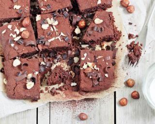 Brownie géant choco-noisettes : http://www.fourchette-et-bikini.fr/recettes/recettes-minceur/brownie-geant-choco-noisettes.html