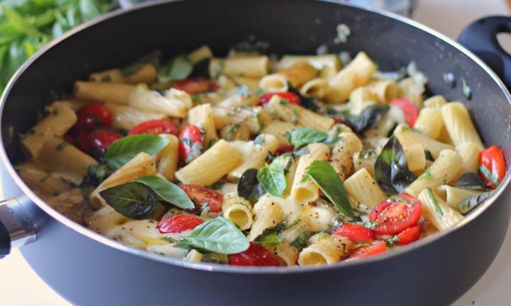 One-pan caprese pasta - Kidspot