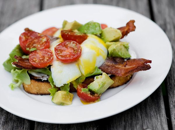 blt benedict: Plates, Quinoa Bites, Dinners Recipes, Savory Recipes, Comforter Food, Breakfast Sandwiches, Eggs Cups, Blt Benedict, Poached Eggs