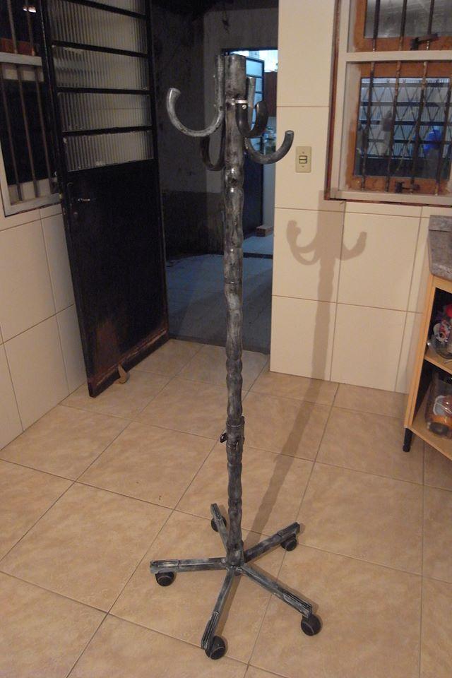 Somente material reaproveitado, tudo mesmo, cabos de guarda-chuva, e o eixo central era de um móvel que estava jogado na rua para ir para o lixo.