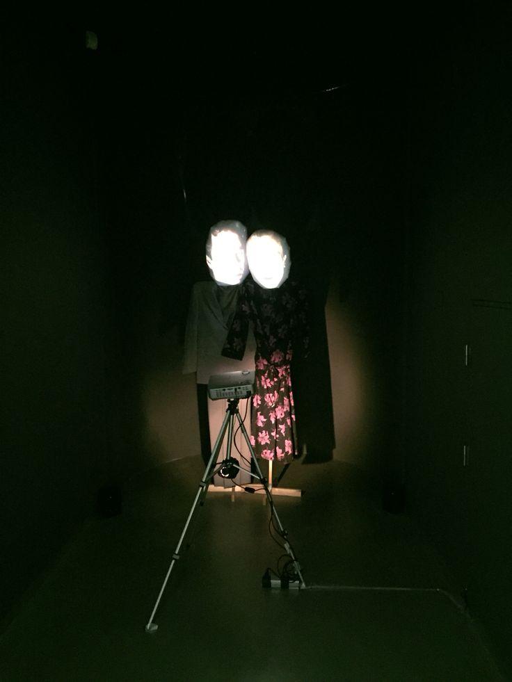 Eigen foto - Van Abbe Museum. Dit beeld bestaat uit kartonnen lichamen met daarop twee projecties van hoofden die tegen elkaar aan het praten waren. Je stond ook in een donkere kamer wanneer je dit goed wilde zien.