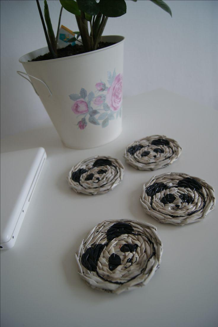 Podkładki pod kubek, papierowa wiklina, pandy.  #bialamorela #wickerpaper #papierowawiklina #rekodzielo #handmade #makulatura
