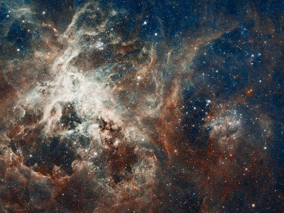 Este incrível wallpaper do espaço revela 30 Doradus, que é a mais brilhante região de formação de estrelas na nossa vizinhança e a casa para as estrelas mais massivas já vistas. A nebulosa reside a 170.000 anos-luz de distância, na Grande Nuvem de Magalhães, uma pequena galáxia satélite da nossa Via Láctea. Nenhuma conhecida região de formação de estrelas na nossa galáxia é tão grande ou tão prolífica como 30 Doradus. Esta imagem foi divulgada em 17 de abril de 2012.