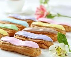 Minis éclairs multicolores au chocolat et pépites de noisettes : http://www.cuisineaz.com/recettes/minis-eclairs-multicolores-au-chocolat-et-pepites-de-noisettes-59431.aspx