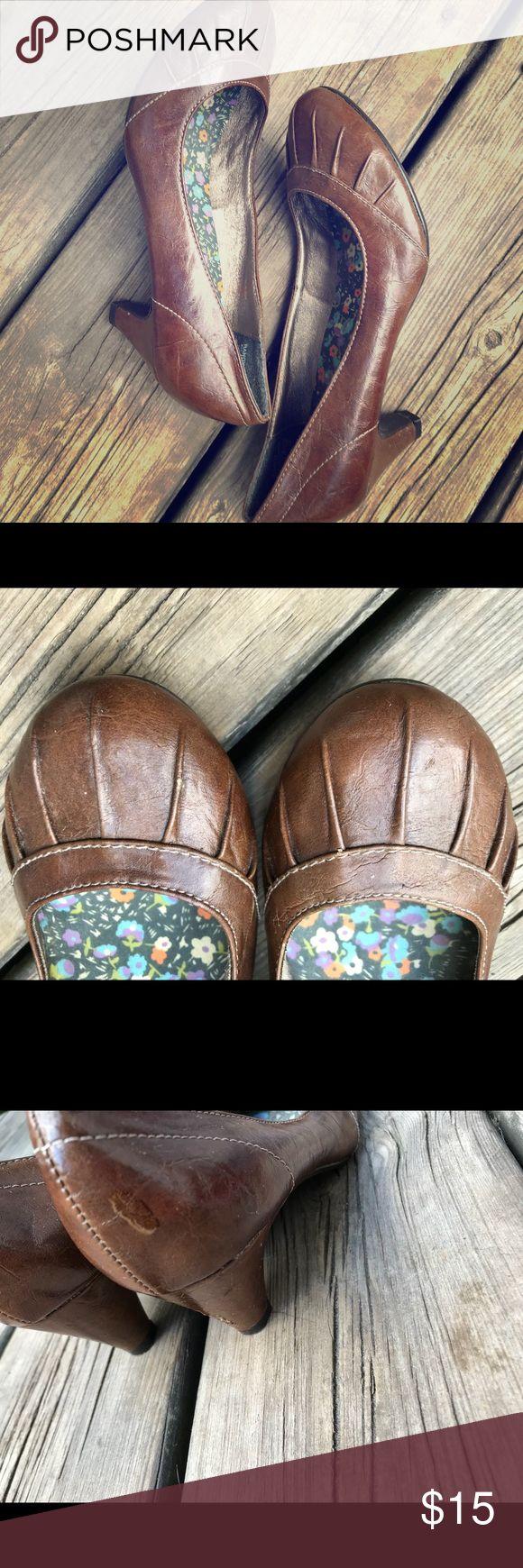 Mudd Brown Kitten Heels Super entzückende Kitten Heels mit Details im Zehenbereich ….   – My Posh Picks