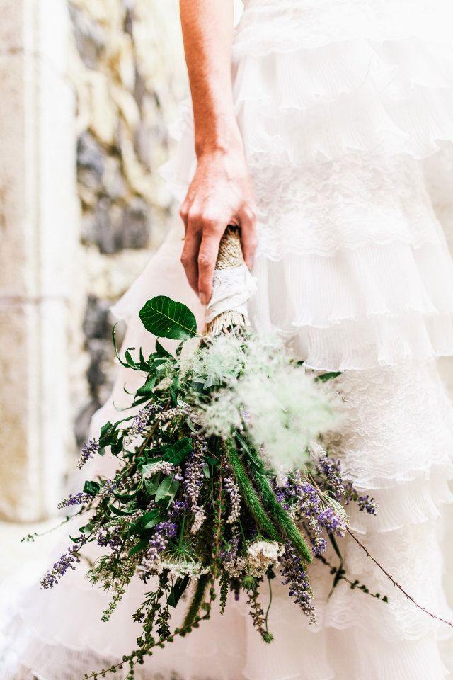 Nieuwe trend: een wild boeket met lavendel #lente #bruidsboeket #bloemen #boeket #bruiloft #trouwen #huwelijk #trouwdag #inspiratie Bruidsboeket voor de lente | ThePerfectWedding.nl | Fotografie: De Grote Dag Bruidsfotografie