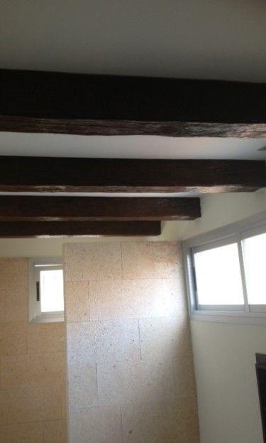 Preciosa reforma de un baño de obra con vigas  vistas de imitación madera ...