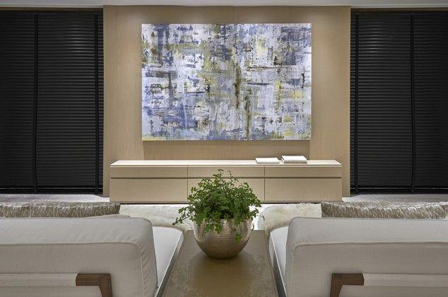 A arquiteta Mariana Lombardi projetou esse espaço contemporâneo para um casal maduro, com decoração em tons claros e materiais nobres. A profissional optou por móveis grandes e de design moderno. Os destaques são a poltrona e o pufe Ciragan, de veludo branco, e a chaise Longue Dressy, de linho branco, que conferiram conforto e elegância à área de TV. A cabeceira Chanel com iluminação, feita de couro bege claro, complementa o mix de texturas.