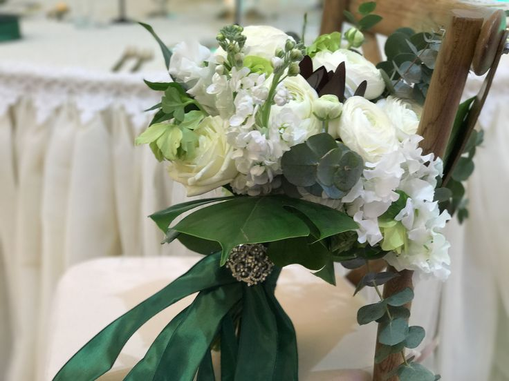 At the limit between elegant and relaxed, white and green bridal bouquet! @DUALEVENTS #atelierdual #atelierdualromania