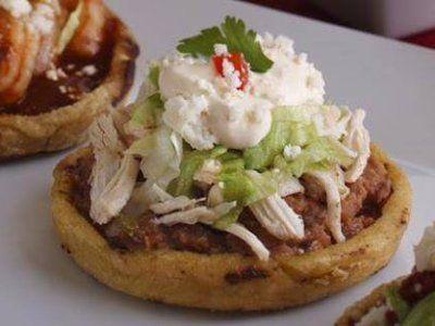 Receta de Sopes Ricos | Los sopes son un antojito mexicano, se conoce de diferentes maneras dependiendo del estado donde se prueben. Originalmente se fríen con manteca, y los puedes rellenar de muchas maneras, en esta ocasión el relleno es pollo. Estos sopes en particular son una maravilla.