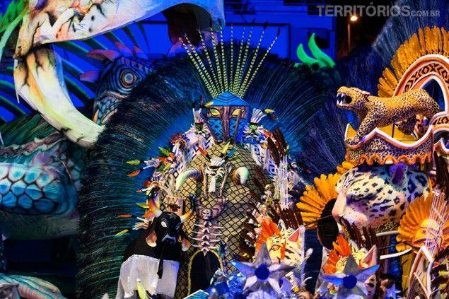 Boi Caprichoso no meio do cenário Festival de Parintins