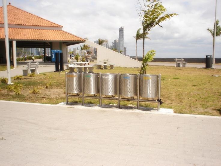 Basureras en acero, imagen tomada en Panamá