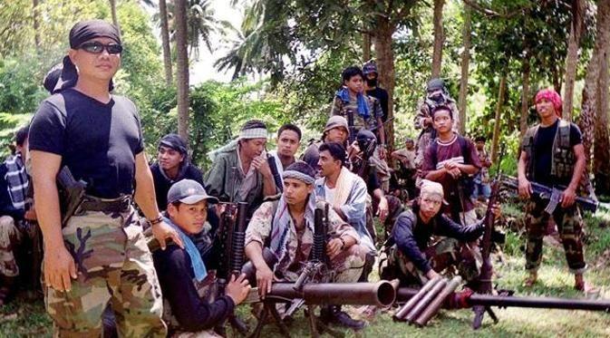 """KIBLAT.NET, Kinabalu – Kelompok Abu Sayyaf memposting sebuah gambar di Facebook yang menunjukkan empat sandera asal Malaysia. Keempat sandera tersebut terlihat sedang jongkok, salah satu dari mereka memegang selembar kertas dengan tulisan """"Victor Troy"""" bertanggal """"8 April 2016"""". Halaman Facebook yang memposting gambar ini diyakini belum lama dibuat oleh kelompok Abu Sayyaf. Empat sandera ini …"""