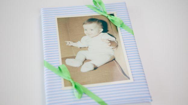 Per riempire di foto la stanza del tuo bambino puoi realizzare un portafoto con le tue mani. Ecco come, con i consigli dell'esperta.