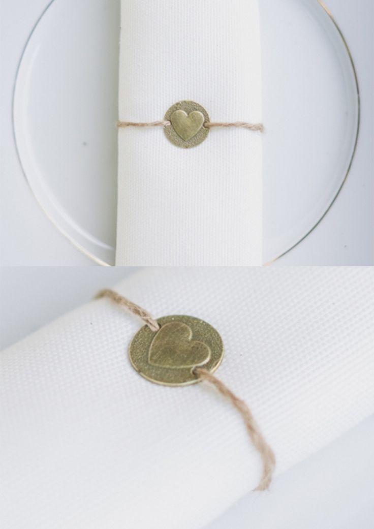 Rond de serviette médaille bronze avec cœur et fine ficelle