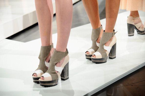 """Aparentemente todas las alturas estarán de moda cuando regrese el calor.  Varios diseñadores han presentado opciones de calzado con un tacón de altura media, grueso o delgado acompañando zapatos, sandalias y botines bajos para el verano estilo """"beatle boot"""" en combinaciones de colores claros que le darán ese aire primaveral que tanto necesitan."""