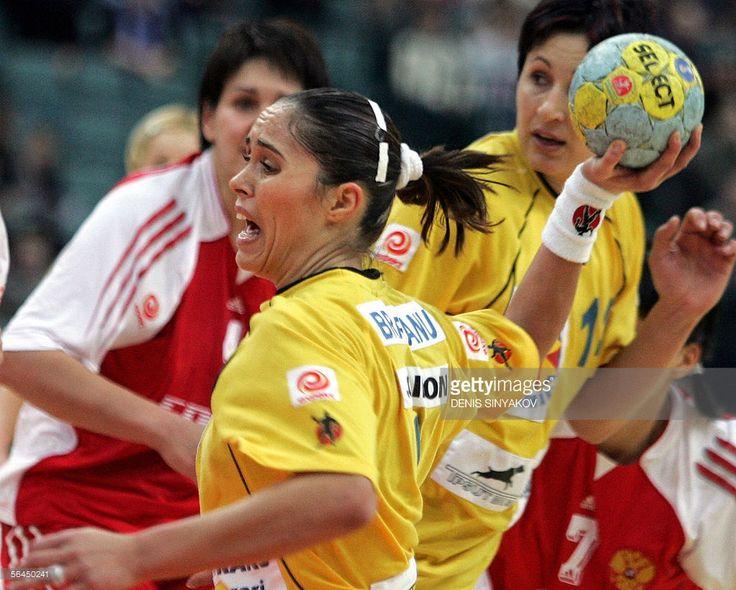 Romania's Aurellia Bradeanu (C) scores next to Russian Oxana Romenskaya (L) during their gold medal handball match of the XVIIth Women's World Championships in St Petersburg, 18 December 2005.