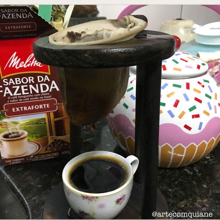 Fui fazer um café e cadê o coador de papel? As cápsulas acabaram no começo da semana e aí lembrei do meu velho e bom coador de pano!! Que café saboroso!! ❤️☕️ servidas? . . . #café #melitta #cafedafazenda #melittabrasil #cafedatarde #coadordepano #lardocelar #casafofa #casarosa #campinas #blogueira #blogueiradecampinas #donadecasa #donadecasacomamor #diy #artesanato #artecomquiane #country #atelie #artesanal #fashion #style #art #shopping #love #design
