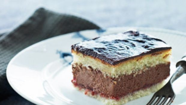 Lagkage medChokolademousse og hindbærsyltetøj -