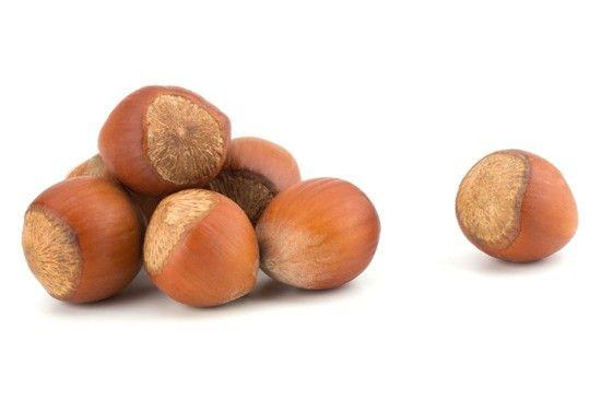 Nocciole. Impariamo a usarle in piatti salati, ad esempio al posto dei pinoli nella preparazione del pesto. Tritate e mescolate alla farina di mais e alle erbe aromatiche possono diventare una  deliziosa impanatura per carni bianche o pesce; frullate con la curcuma e mescolate a un buon olio extravergine d'oliva si trasformano in un delizioso sugo per la pasta. Con un po' di fantasia le nocciole possono diventare le nostre più preziose alleate in cucina!