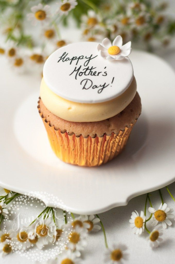 Mother's Day cupcake with sugar daisy