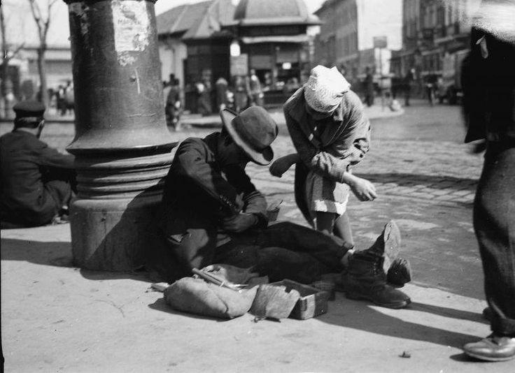 Reparații de încălțăminte la minut, 1932!  Foto: Willy Pragher